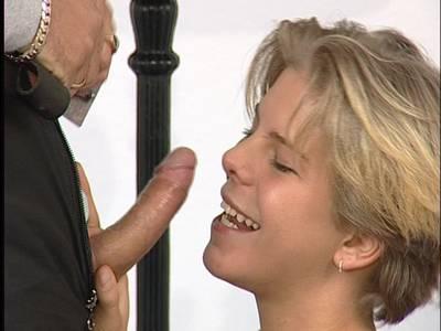Skinny German Blondine lässt sich von hinten bumsen