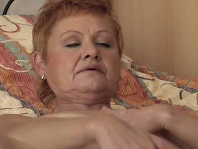 Classy Oma schiebt den Dildo in den Arsch